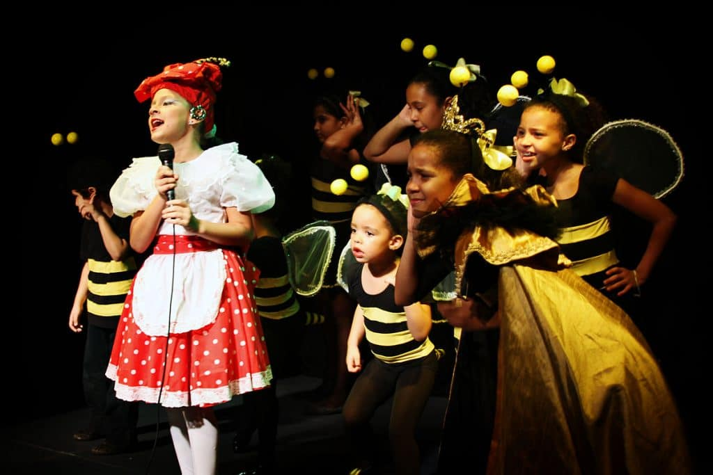 historia del teatro infantil, niños en el escenario