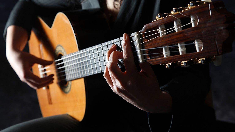 Historia de la guitarra: eléctrica, acústica, española, y más